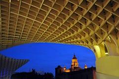 Μια ξύλινη δομή με τα γεωμετρικά σχέδια φωτογραφία που συλλαμβάνεται με τη δημιουργική προοπτική Στοκ Εικόνα