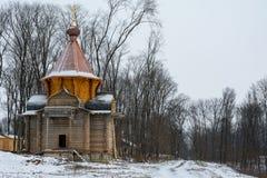 Μια ξύλινη εκκλησία κάτω από την κατασκευή σε ένα μοναστήρι στη Ρωσία στοκ φωτογραφία