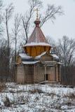 Μια ξύλινη εκκλησία κάτω από την κατασκευή σε ένα μοναστήρι στη Ρωσία στοκ εικόνες