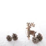Μια ξύλινη χαρασμένη άλκη που απομονώνεται στο άσπρο χιονώδες υπόβαθρο για το chr Στοκ Εικόνα