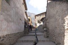 Μια οδός με την αρχαία υδάτινη οδό inca στην περιοχή Περού Νότια Αμερική παγκόσμιων κληρονομιών της ΟΥΝΕΣΚΟ Cusco στοκ φωτογραφία