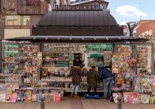 Μια οικογένεια που αγοράζει σε ένα περίπτερο στοκ εικόνες με δικαίωμα ελεύθερης χρήσης