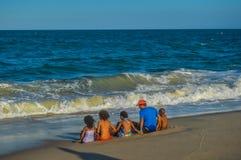 Μια οικογένεια που απολαμβάνει και που παίζει στην παραλία Macaneta, Μοζαμβίκη Στοκ Εικόνες