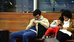 Μια οικογένεια των μαύρων τουριστών συναρπάζεται από τις ηλεκτρονικές συσκευές τους απόθεμα βίντεο