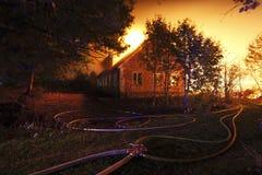 Μια οικοδόμηση που καίει ολοσχερώς Στοκ εικόνα με δικαίωμα ελεύθερης χρήσης