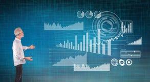 Μια οικονομική έννοια ανάλυσης που εξηγείται από έναν επιχειρηματία σε μια οθόνη τοίχων στοκ εικόνα