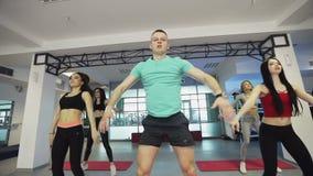Μια ομάδα αθλητικών ανθρώπων ασκεί στη γυμναστική ικανότητας απόθεμα βίντεο