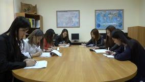 Μια ομάδα ασιατικών σπουδαστών στην τάξη απόθεμα βίντεο