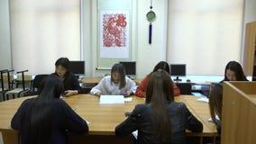 Μια ομάδα ασιατικών σπουδαστών στις συσκευές χρήσης τάξεων απόθεμα βίντεο