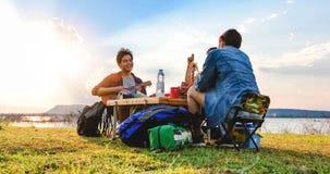 Μια ομάδα ασιατικών φίλων που παίζουν Ukelele και που ξοδεύουν το χρόνο που κάνει ένα πικ-νίκ στις καλοκαιρινές διακοπές Είναι ευ στοκ φωτογραφία με δικαίωμα ελεύθερης χρήσης