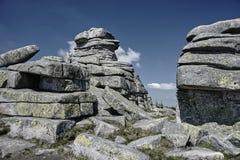 Μια ομάδα βράχων στα γιγαντιαία βουνά Στοκ φωτογραφία με δικαίωμα ελεύθερης χρήσης