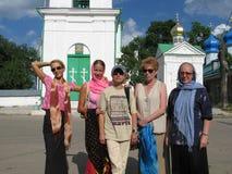 Μια ομάδα γυναικών του διαφορετικού ταξιδιού ηλικιών στοκ εικόνες