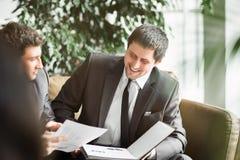 Μια ομάδα επιχειρηματιών που συζητούν την πολιτική της επιχείρησης στο γραφείο Στοκ εικόνα με δικαίωμα ελεύθερης χρήσης
