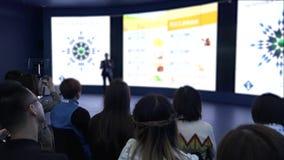 Μια ομάδα επιχειρηματιών της ασιατικής υπηκοότητας στην αίθουσα κατά τη διάρκεια της διάσκεψης HD απόθεμα βίντεο