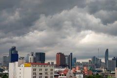 Μια ομάδα μαύρων σύννεφων διαμορφώνεται και μαζεύεται πέρα από την πόλη προτού να βρέξει στοκ φωτογραφίες
