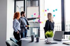 Μια ομάδα νέων επιχειρηματιών σε ένα γραφείο, 'brainstorming' στοκ εικόνες