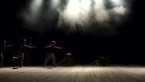 Μια ομάδα νέων κοριτσιών ballerina που χορεύουν στη σκηνή απόθεμα βίντεο
