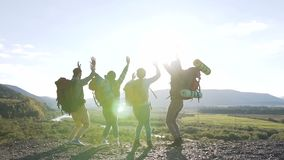 Μια ομάδα νέων τουριστών κατάκτησε την αιχμή και χαίρεται Έννοια επιτυχίας, επιτεύγματος και ολοκλήρωσης με την πεζοπορία απόθεμα βίντεο