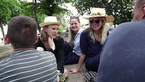 Μια ομάδα νέων hipster που κάθονται στο πάρκο και που έχουν μια συνομιλία φιλμ μικρού μήκους