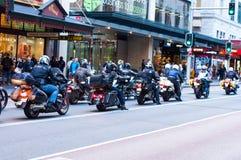 Μια ομάδα να περιοδεύσει τροχόσπιτων με τη μεγάλη μοτοσικλέτα που μένει σε μια κυκλοφορία στο George ST κοντά στο κτήριο βασίλισσ στοκ εικόνες