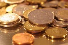 Μια ομάδα νομισμάτων που φωτογραφίζονται σε μια επιφάνεια καθρεφτών στοκ φωτογραφίες με δικαίωμα ελεύθερης χρήσης