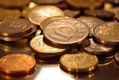Μια ομάδα νομισμάτων που φωτογραφίζονται σε μια επιφάνεια καθρεφτών στοκ φωτογραφίες