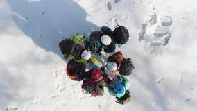 Μια ομάδα ορειβατών που στέκονται σε έναν κύκλο, σκεφμμένος πώς να συνεχίσει τη διαδρομή σας, ελέγχοντας το χάρτη και την πυξίδα  φιλμ μικρού μήκους