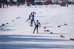Μια ομάδα πηγαίνοντας ανηφορικής μπροστινής άποψης σκιέρ ατόμων κατά τη διάρκεια του πρωταθλήματος φυλών σκι στοκ φωτογραφίες