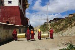 Μια ομάδα προσκυνητών και μοναχών που φέρνουν τα κουδούνια γύρω από το Yarchen στοκ εικόνα