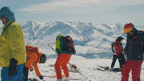 Μια ομάδα σκιέρ που προετοιμάζονται να οδηγήσει στις άγριες βουνοπλαγιές Βουνά της Shan Tian, Shymkent, Καζακστάν - Φεβρουάριος απόθεμα βίντεο