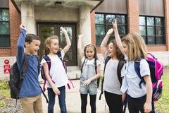 Μια ομάδα σπουδαστών έξω στο σχολείο που στέκεται από κοινού στοκ φωτογραφία με δικαίωμα ελεύθερης χρήσης