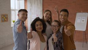 Μια ομάδα σπουδαστών από 5 ανθρώπους είναι διεθνής επιτυχείς τύποι διασκέδασης στην τάξη οι μαθητές δείχνουν το δάχτυλο επάνω φιλμ μικρού μήκους