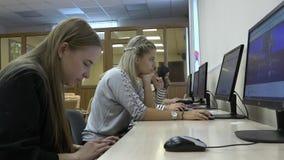 Μια ομάδα σπουδαστών στην τάξη χρησιμοποιεί έναν υπολογιστή απόθεμα βίντεο