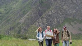Μια ομάδα τουριστών που ψάχνουν τις κατευθύνσεις στο χάρτη τουρίστες  απόθεμα βίντεο