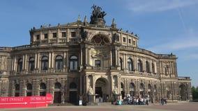 Μια ομάδα τουριστών στην εξόρμηση μπροστά από την παλαιά Όπερα Semper Δρέσδη απόθεμα βίντεο