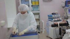Μια ομάδα των ιατρών προετοιμάζει τα χειρουργικά ενδοσκοπικά όργανα για τη αποστείρωση απόθεμα βίντεο