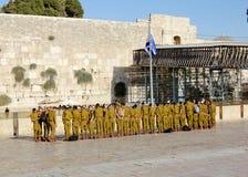 Μια ομάδα των ισραηλινών στρατιωτών στο τετράγωνο κοντά στο δυτικό τοίχο (Ιερουσαλήμ) Στοκ Φωτογραφία