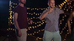 Μια ομάδα φίλων έχει τη διασκέδαση στη σκηνή, οι φιλαράκοι χορεύουν ενεργά απόθεμα βίντεο