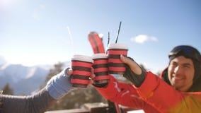 Μια ομάδα φίλων που γιορτάζουν μια μεγάλη χειμερινή ημέρα μετά από να κάνει σκι στο χιονοδρομικό κέντρο φιλμ μικρού μήκους