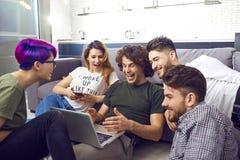 Μια ομάδα φίλων των σπουδαστών στον ελεύθερο χρόνο με ένα lap-top από κοινού Στοκ φωτογραφία με δικαίωμα ελεύθερης χρήσης