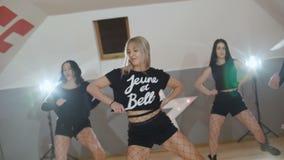 Μια ομάδα όμορφου σύγχρονου χορού χορού γυναικών στο στούντιο απόθεμα βίντεο