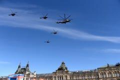 Μια ομάδα mi-26 και mi-8 ελικοπτέρων πετά στον ουρανό πέρα από την κόκκινη πλατεία κατά τη διάρκεια του εορτασμού της ημέρας νίκη Στοκ φωτογραφίες με δικαίωμα ελεύθερης χρήσης