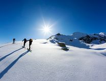 Μια ομάδα skialpers εργάζεται μαζί για να φθάσει στην κορυφή του βουνού στοκ φωτογραφίες με δικαίωμα ελεύθερης χρήσης