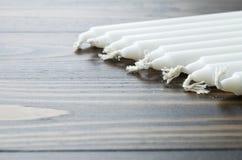 Μια ομάδα άσπρου κεριού στο ξύλινο υπόβαθρο Στοκ εικόνα με δικαίωμα ελεύθερης χρήσης