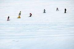 Μια ομάδα ανθρώπων που κάνει σκι στο χιόνι Στοκ φωτογραφίες με δικαίωμα ελεύθερης χρήσης