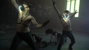 Μια ομάδα ανθρώπων που χορεύει ανά τα ζευγάρια σε μια εγκαταλειμμένη αίθουσα συνελεύσεων απόθεμα βίντεο