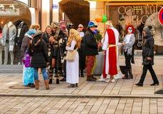 Μια ομάδα ανθρώπων στα κοστούμια καρναβαλιού Στοκ φωτογραφίες με δικαίωμα ελεύθερης χρήσης