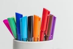 Μια ομάδα δεικτών χρώματος σε ένα άσπρο φλυτζάνι Στοκ Εικόνα