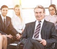 Μια ομάδα επιχειρηματιών που συζητούν την πολιτική της επιχείρησης στο γραφείο Στοκ εικόνες με δικαίωμα ελεύθερης χρήσης