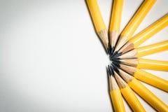 Μια ομάδα κίτρινων μολυβιών που στοχεύει στο ίδιο κεντρικό σημείο Στοκ Εικόνα